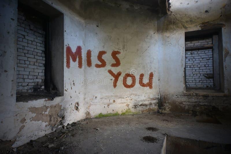 Отправьте СМС несоосность вы на пакостной старой стене в покинутом доме стоковые фото