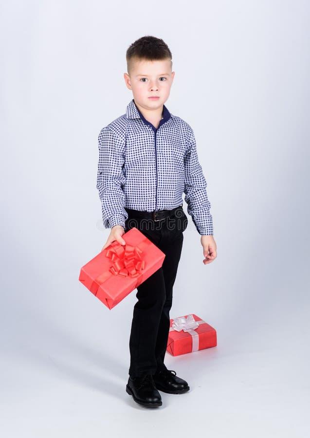 Отпразднуйте день Святого Валентина Нового Года Подарок на день рождения Небольшая подарочная коробка владением мальчика Рождеств стоковое изображение rf