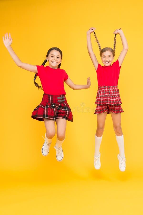 Отпразднуйте праздник Шотландский праздник Девушка детей носит checkered платья Национальный праздник Школьная форма Шотландский  стоковое изображение rf