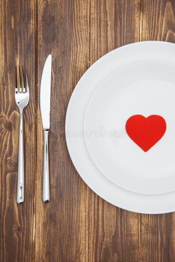 Отпразднуйте день валентинки, форму сердца на плите стоковые изображения rf
