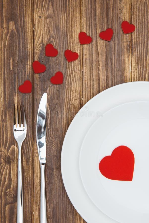 Отпразднуйте день валентинки, форму сердца на плите стоковые фотографии rf