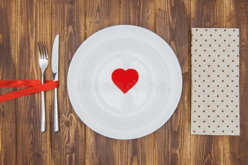 Отпразднуйте день валентинки, форму сердца на плите стоковые изображения