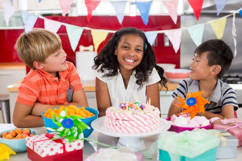 Отпрыски празднуя день рождения в кухне стоковое фото