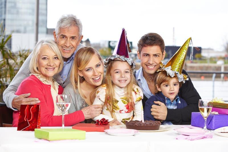 Отпрыски празднуя день рождения стоковые изображения rf