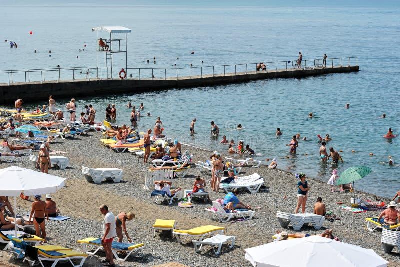 Отпускники людей на Чёрном море на пляже города Сочи стоковое фото