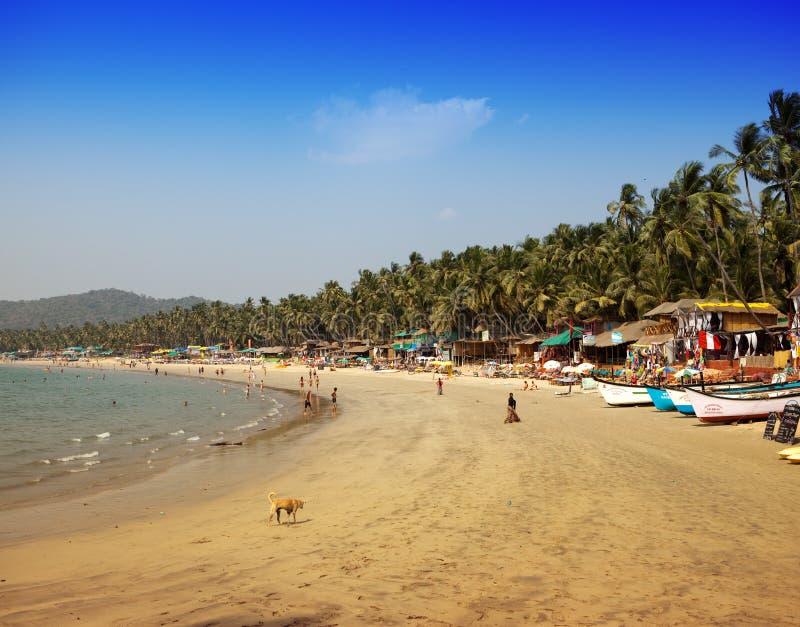 Отпускники, продавцы, кафе на тропическом пляже Palolem, 31-ого января 2014 в Goa, Индии стоковые фотографии rf