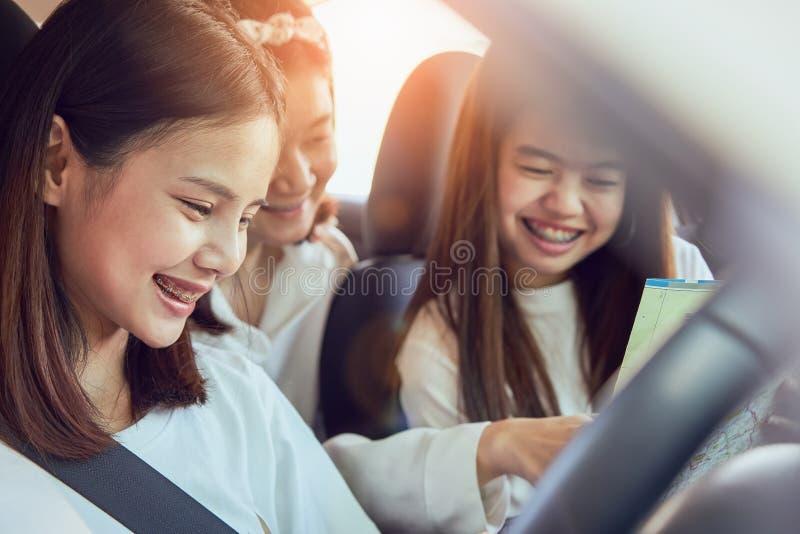 Отпуск и перемещение, 3 перемещения красивых молодых женщин жизнерадостных совместно на расслабляющий праздник стоковое изображение