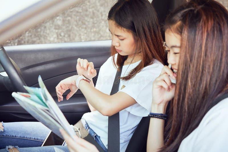 Отпуск и перемещение, перемещения красивых молодых женщин жизнерадостные совместно на расслабляющий праздник И хохот в автомобиле стоковая фотография