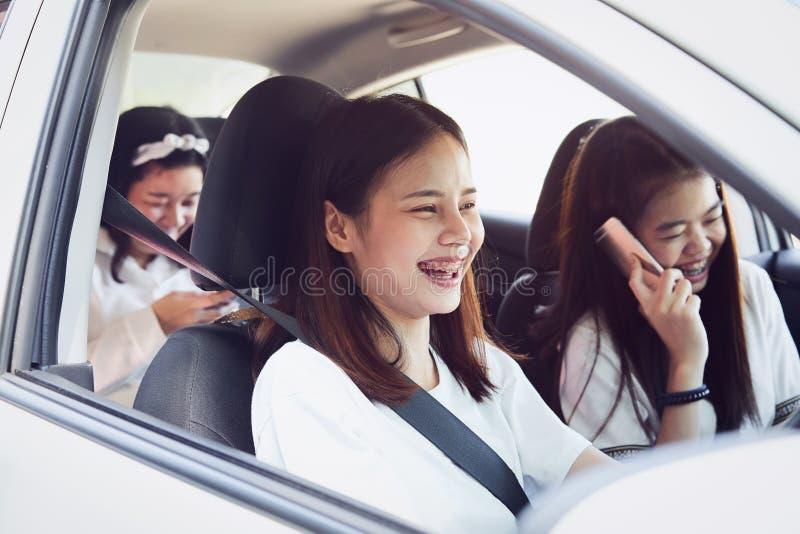 Отпуск и перемещение, 3 перемещения красивых молодых женщин жизнерадостных совместно на расслабляющий праздник стоковое фото rf