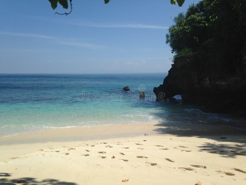 Отпуск, пляж моря, утес и джунгли, тропический рай стоковое изображение