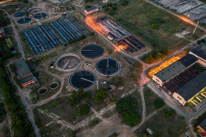 Отработанная вода и завод по обработке нечистот, воздушный взгляд сверху от трутня вечером стоковое фото