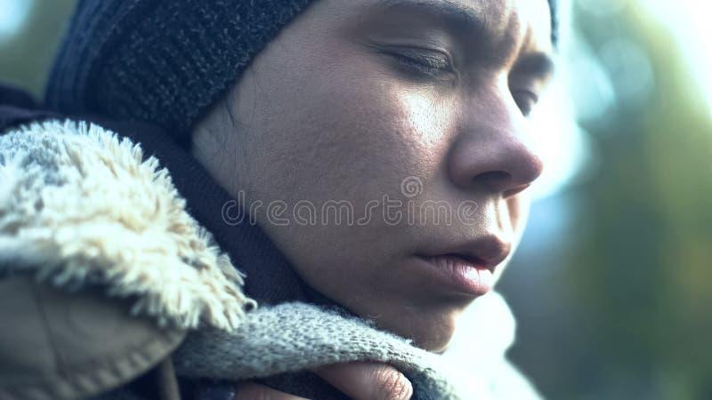 Отравленная женщина закрыла крупный план глаз, наркоманию, безвыходность проблемы стоковые фото