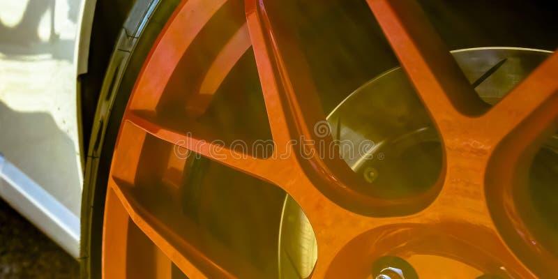 Отражательная красная оправа белого автомобиля стоковые изображения rf