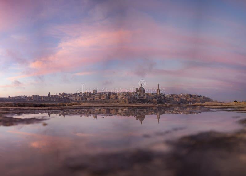 Отражательный восход солнца после ненастной ночи стоковое изображение