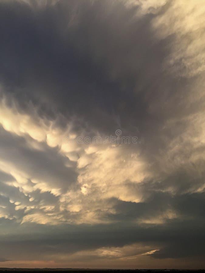 Отражать голубого захода солнца светлый на облаках стоковые фотографии rf