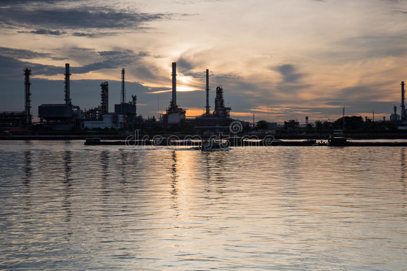 Отражение берега реки и воды нефтеперерабатывающего предприятия стоковая фотография