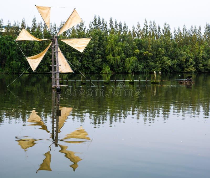 Отражение ветрянки для нагнетая воды стоковые фото
