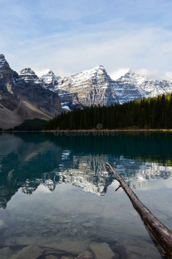 Отражение 8 воды горы озера морен стоковые изображения