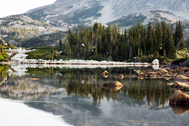 Отражение восхода солнца озера Libby в горах ряда Snowy Wy стоковые изображения rf