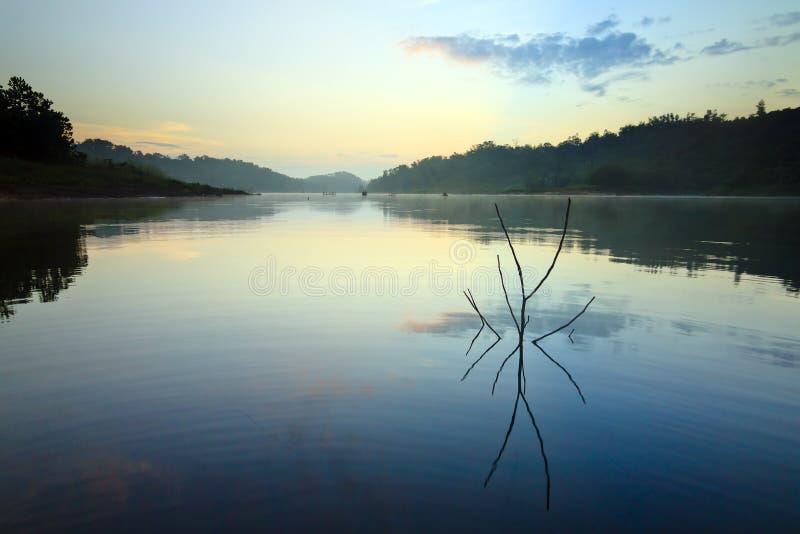 Отражение восхода солнца на озере в Борнео стоковые фотографии rf