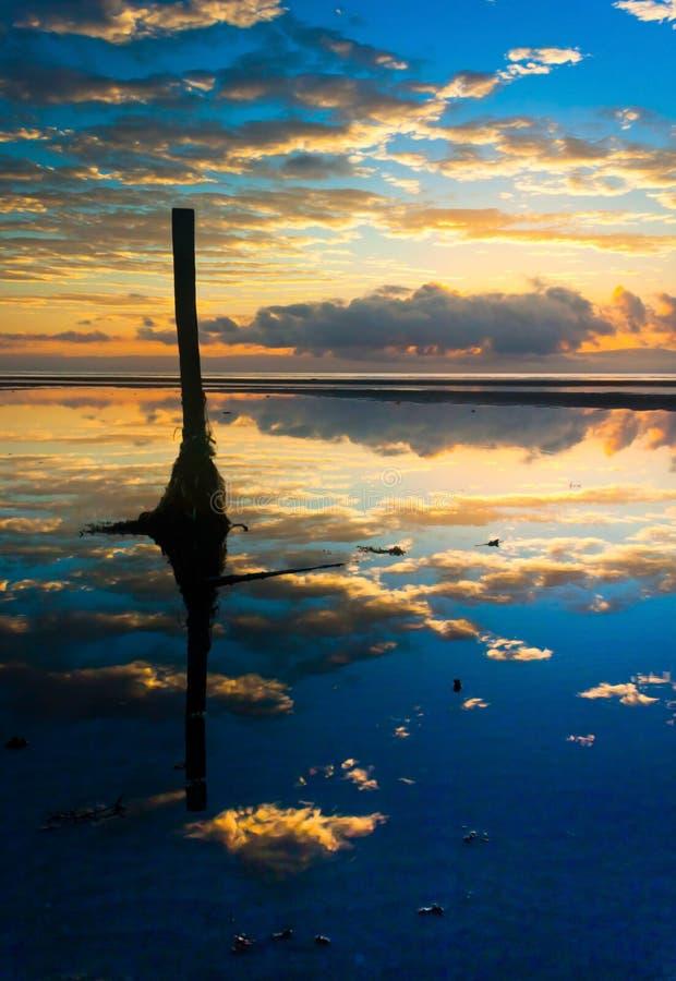 Отражение восхода солнца на пляже стоковое фото rf