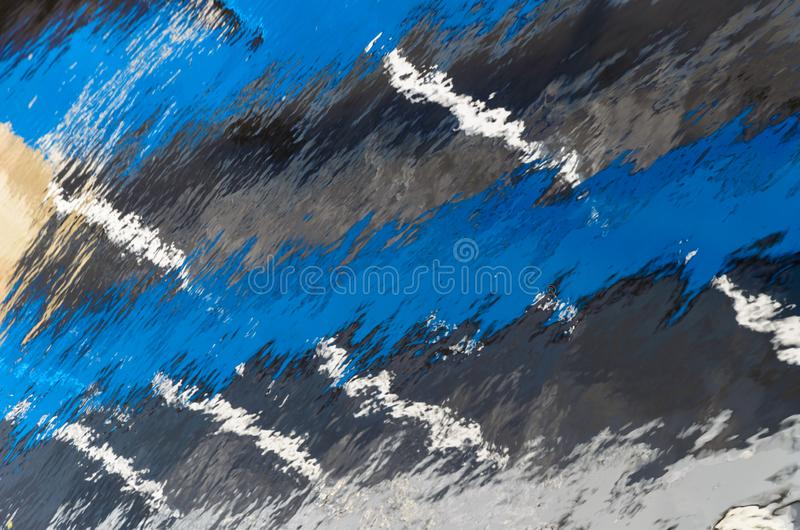 Отражение в воде с широкими голубыми и тонкими белыми нашивками r стоковые фото