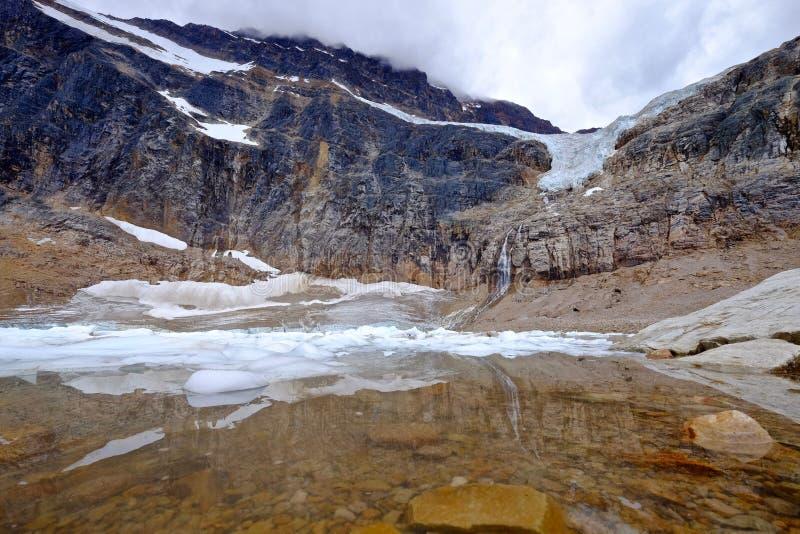 Отражение в озере морены с айсбергами стоковая фотография rf