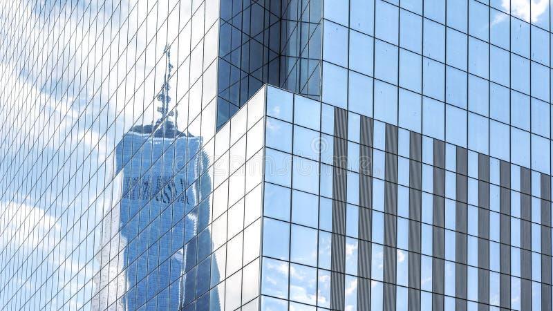 Отражение в современных окнах офисного здания стоковое фото rf