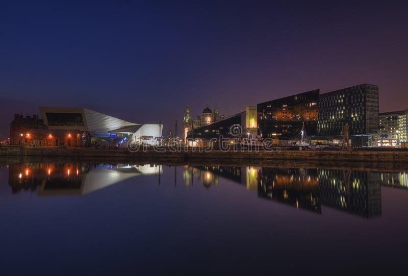 Отражение гавани Ливерпуля на сумраке [Ливерпуле, Великобритания] стоковая фотография