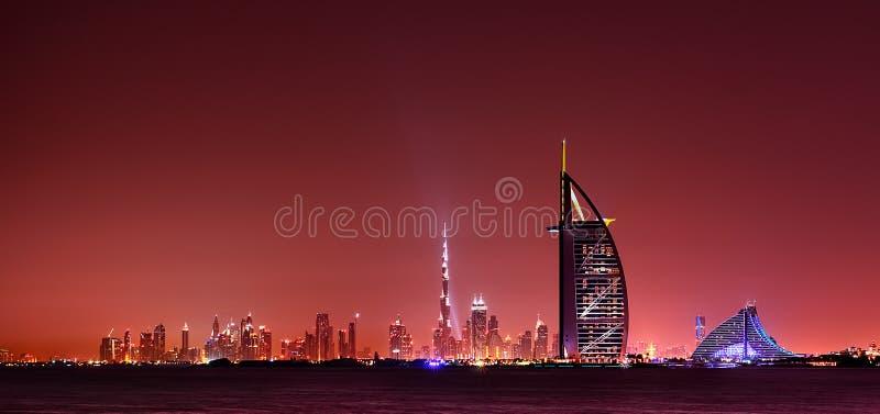 Отражение горизонта Дубай на ноче, Дубай, Объединенных эмиратах стоковое фото rf