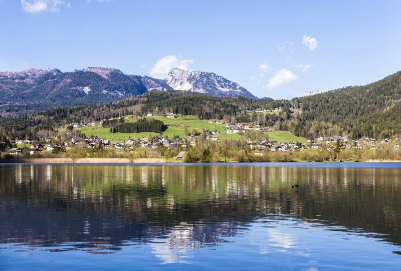 Отражение горного села в Hallstatter видит, Австрия, евро стоковые фото