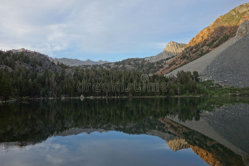 Отражение горной цепи в воде стоковое фото rf