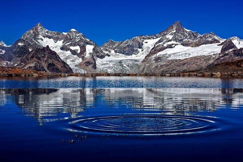 Отражение горы в озере в Швейцарии стоковое фото
