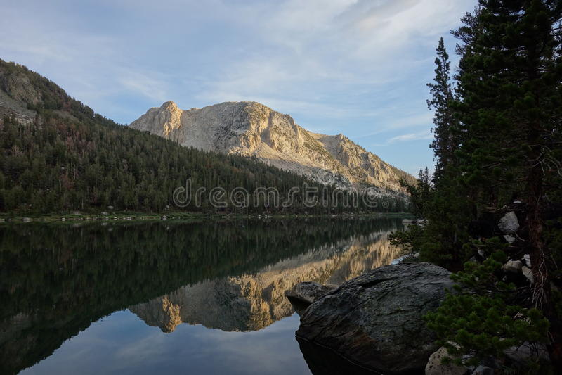 Отражение горы на озере стоковое фото rf