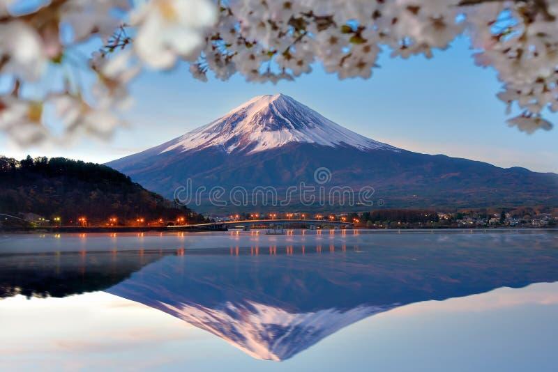 Отражение горы Фудзи с Сакурой разветвляет на озере Kawaguchi в утре стоковое фото