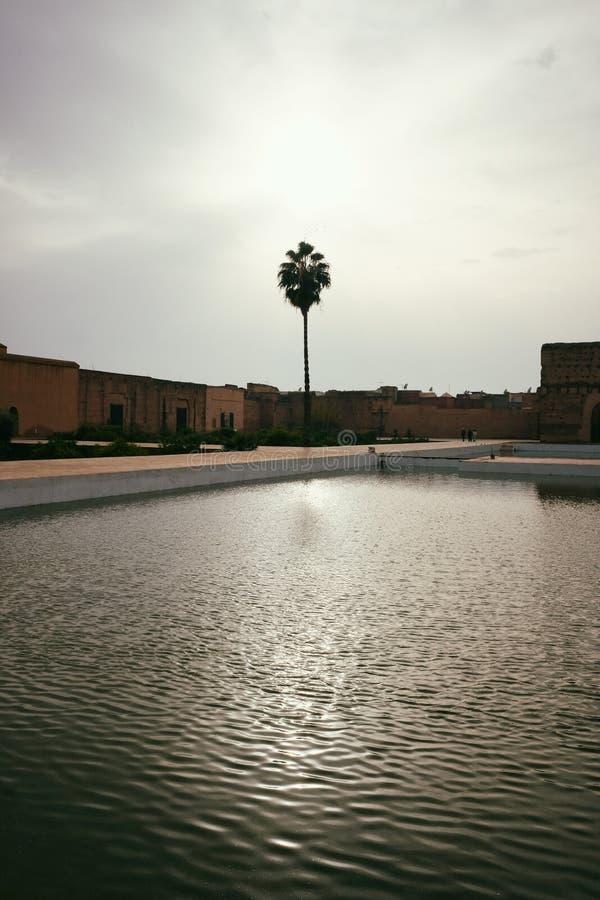 Отражение дворца El Badi королевского в пруде стоковые изображения rf