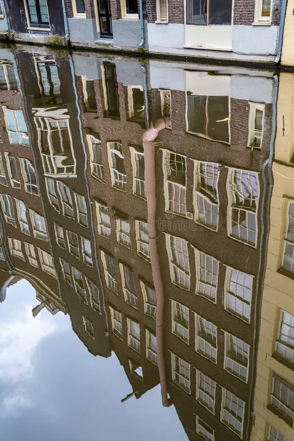 Отражение домов в канале, Амстердама стоковая фотография rf