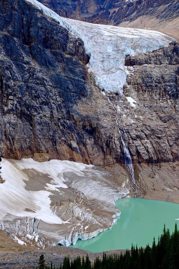 Отражение ледника и водопадов в высокогорном озере стоковая фотография