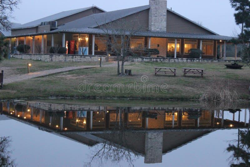 Отражение здания на озере стоковое изображение