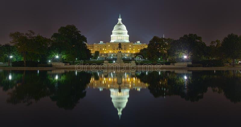 Отражение здания США прописное на ноче стоковое фото rf