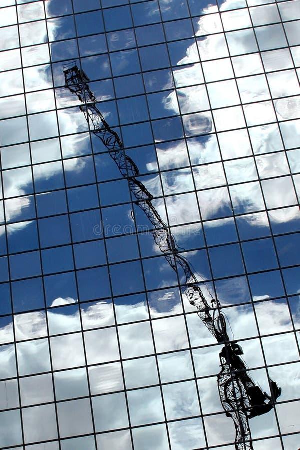 Отражение крана в Skyscrape стоковое фото