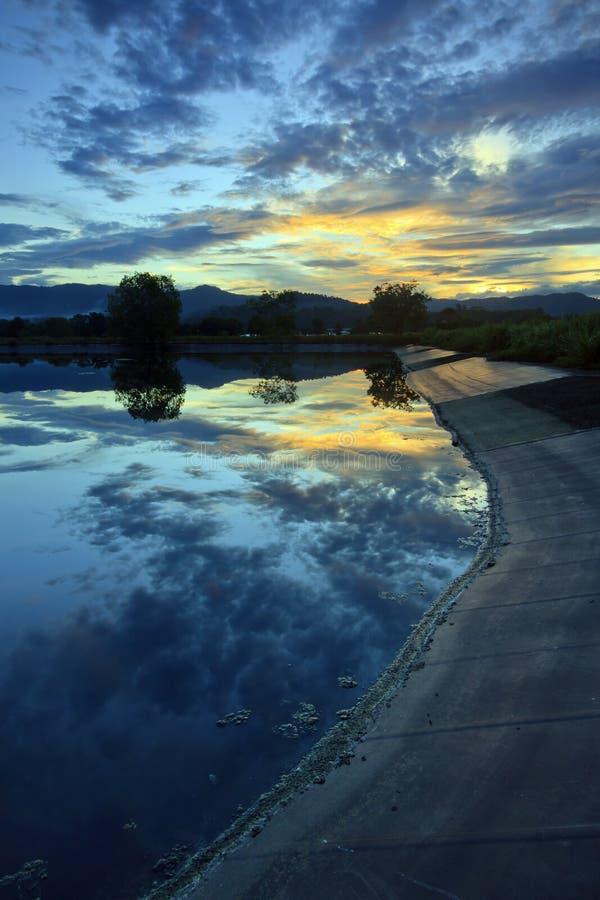 Отражение красивого восхода солнца на Сабахе, Борнео стоковые изображения