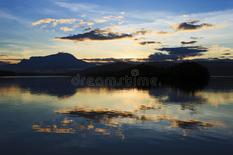 Отражение красочного восхода солнца и Mount Kinabalu на Сабахе, Борнео стоковая фотография