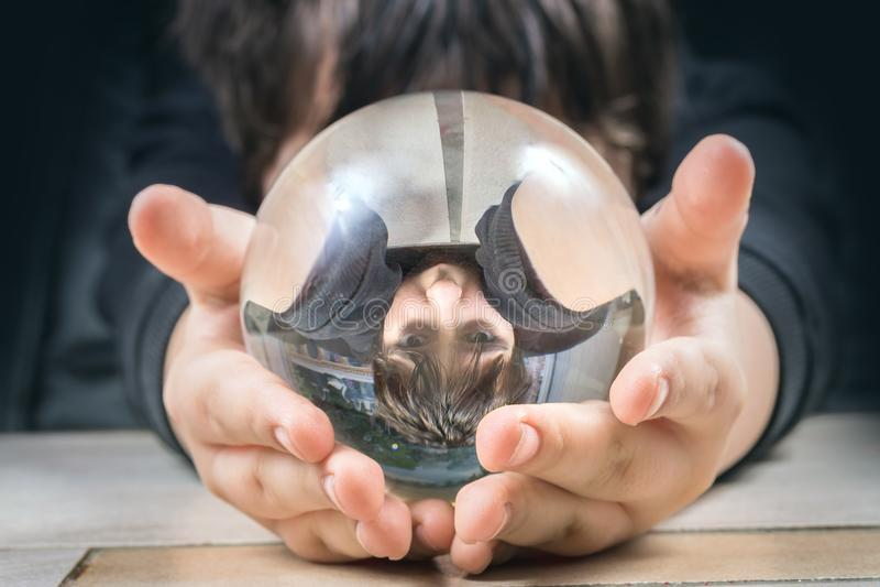 Отражение мальчика в стеклянном шаре стоковое изображение rf