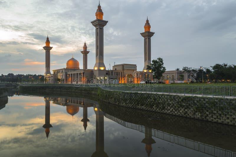 Отражение мечети стоковые изображения rf