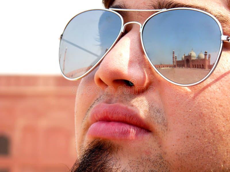 отражение мечети badshahi стоковые изображения