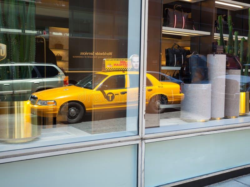 Отражение на окне желтой кабины в Манхаттане стоковая фотография