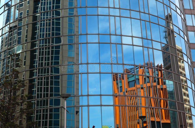 Отражение на самомоднейшем здании - стоковая фотография rf