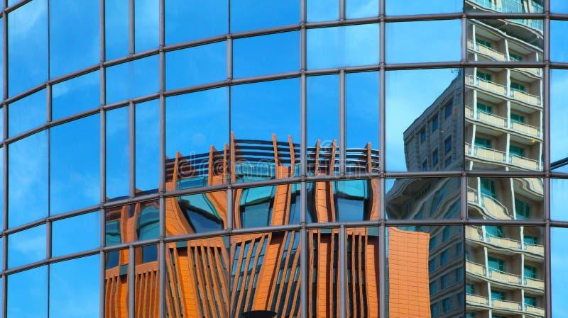 Отражение на самомоднейшем здании - стоковое фото rf