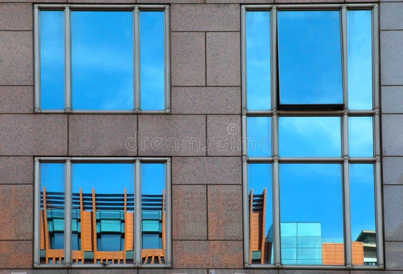 Отражение на самомоднейшем здании - стоковое фото